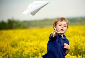 Junge_Papierflieger