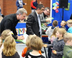"""Der ehemalige Fußball-Profi und Mitglied des Vereins """"Das erste Buch"""" Marco Bode (Erster von links) verteilte die Bücher an die Grundschüler aus dem Landkreis Leer."""